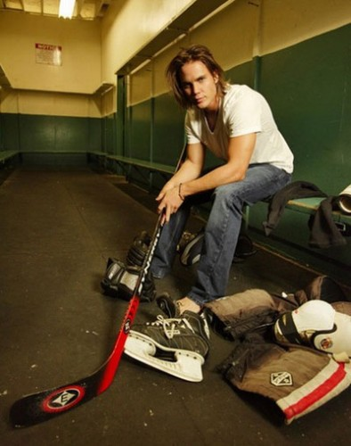 taylor_kitsch_200808_3